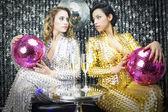 İki güzel seksi disko kadın — Stok fotoğraf