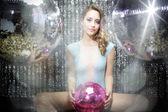 Bella donna sexy discoteca dj in lingerie circondata da discobal — Foto Stock
