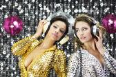 Altın ve gümüş catsuits danci iki güzel seksi disko kadın — Stok fotoğraf