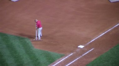 Man Raking Baseball Infield — Vídeo Stock