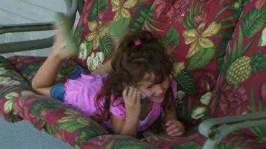 Dziewczyna rozmowy na telefon komórkowy — Wideo stockowe
