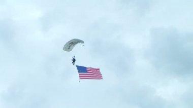 Parachutiste parachutisme avec indicateur — Vidéo