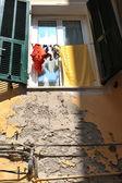 Fenêtre avec mur endommagé — Photo