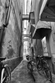 Bicycle in small alley — Stock Photo