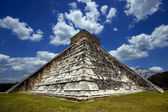 Corner of chichen itza temple — Stock Photo