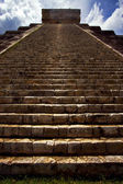 The stairs of chichen itza temple kukulkan — Stock Photo