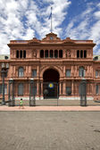 Child in green in the monument casa rosada — Stock Photo