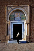 Door and woman Great Mosque — Stock Photo