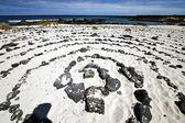 Spiral av svarta stenar i den vita strand lanzarote — Stockfoto