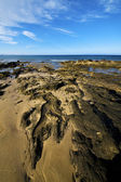 Skalní kámen nebe oblak vody pižmo rybník pobřeží — Stock fotografie