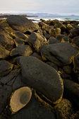 Skalní kámen sky mrak beach pobřeží a v létě v lanzarote sp — Stock fotografie