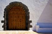 Hnědé uzavřené dřevěné dveře kostela španělsko canarias — Stock fotografie