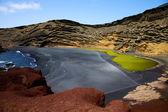 вода в эль гольфо лансароте камня неба и летом — Стоковое фото