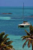 Costline лодка катамаран в голубой лагуне отдыхать остров контой — Стоковое фото