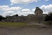 People wild angle of the chichen itza temple tulum mexico — ストック写真