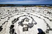 спираль из черных скал в белом пляже лансароте испания — Стоковое фото