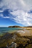 пляж воды побережья и летом в лансароте — Стоковое фото