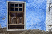Brown wood window in a blue wall arrecife — Stock Photo