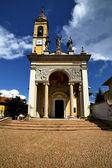 Italië de oude muur terras kerk horloge bell tower — Stockfoto
