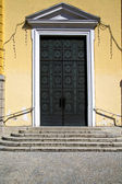 brass   knocker and wood  door in a church   gallarate  italy — Stock Photo