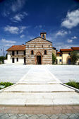 Besnate  architecture in   the   wall  and church in sunny day — Stok fotoğraf