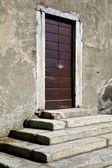Legno chiuso porta varese italia azzatesumirago soleggiato — Foto Stock