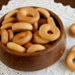 Russian bread ring in wooden bowl — 图库照片