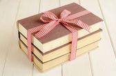 Bücher begrenzt in rot — Stockfoto