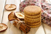 Pile of apple cookies with cinnamon on wooden table — Foto Stock