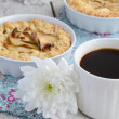 Black coffee with apple tart and white flowers — Stock Photo