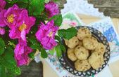 Mazzo di rosa selvatica e biscotto fatto in casa — Foto Stock
