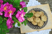 Wild rose bunch and homemade cookie — Foto Stock