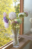 Golden-daisy bouquet in crystal vase — Stock Photo