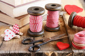 Decoration with wooden spools and red ribbons — Foto Stock