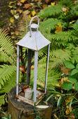 Odkryty świecznik w jesień ogród — Zdjęcie stockowe