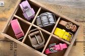 Kolekce vintage pásů v dřevěné bedně — Stock fotografie