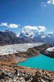 Wieś gokyo, lodowiec ngozumba i himalaje — Zdjęcie stockowe