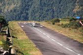 Aircraft landing at Lukla airport — Stock Photo