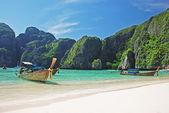 Tropical beach on Koh Phi Phi island, Thailand — Stock Photo