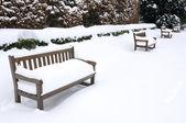 Bancos cubiertos de nieve — Foto de Stock