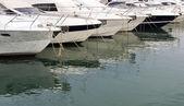 Lodě a jachty v marina — Stock fotografie