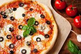 Fresh Homemade Pizza Margherita with Olives and Basil — Stockfoto