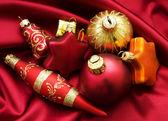 рождественский дизайн с безделушки и атласная — Стоковое фото