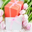Bunch of tulips with present cart and gift box — 图库照片