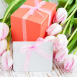 Bunch of tulips with present cart and gift box — Lizenzfreies Foto