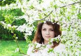 Jong meisje in de lentetuin — Stockfoto
