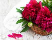 Toalha de spa com flor de peônia — Foto Stock
