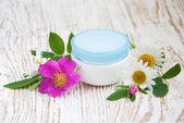 Container with cream rose and chamomiles — Stock Photo