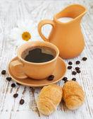 круассан и кофе — Стоковое фото