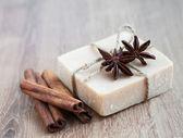 Handgemaakte zeep met kruiden — Stockfoto